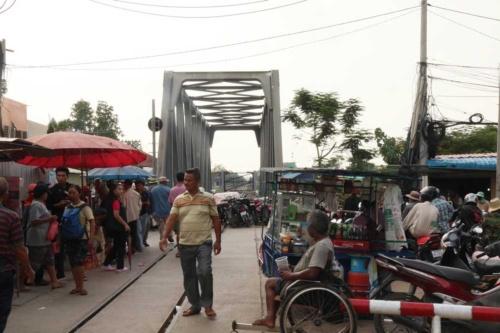 かつて日本軍が建設し、その後カンボジア政府が再建したタイ国境に伸びる鉄道軌道。鉄橋を越えた先がタイだ