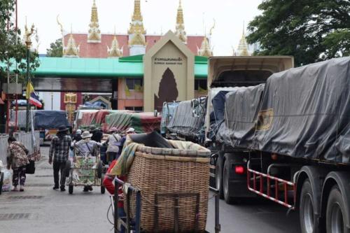 タイからカンボジアに抜ける国境ゲート。通過する物量が急増し渋滞が慢性化している