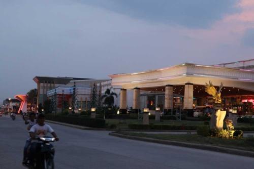 大規模なカジノが乱立するポイペト市内。タイ人に加え中国人のカジノ客が急増している