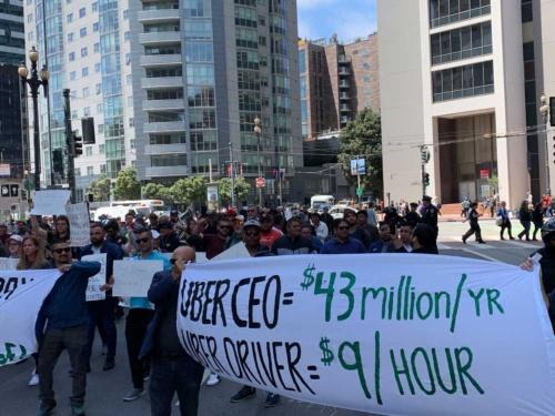 ウーバーの米本社周辺で抗議活動を行うドライバーたち(5月8日午後、米サンフランシスコ)