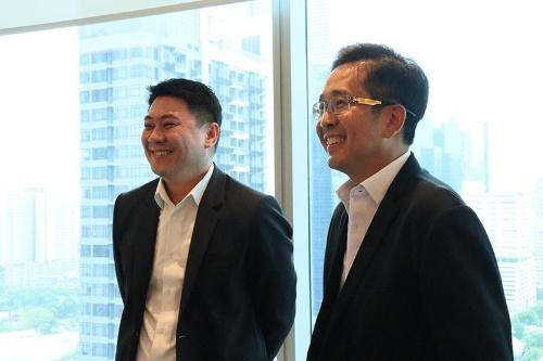 エナジーアブソルートの創業者でCEOのソムポート・アフナイ氏(写真右)とCFOのアモン・サトウィクーン氏