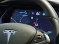 自動で車線変更するテスラ車を体験、完全自動運転へ一歩前進
