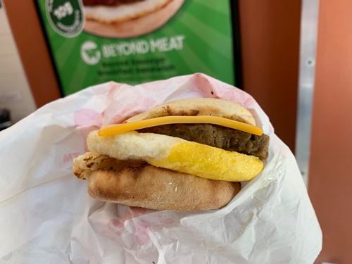 ダンキンは7月下旬から、試験的に朝食用サンドイッチに「ビヨンド・ソーセージ」を採用し、マンハッタンのみで提供を始めた