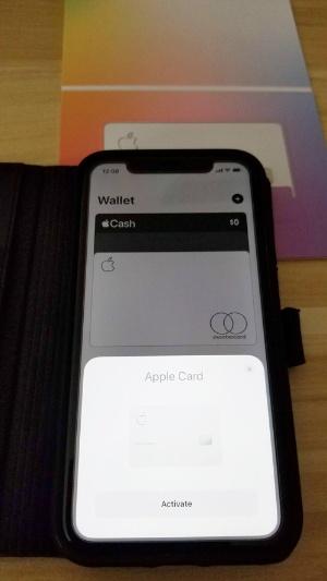 カードにiPhoneをかざすだけで初期設定が完了する
