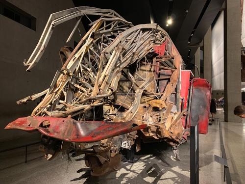 博物館の中にあった電波塔の残骸。破壊のすさまじさを伝える