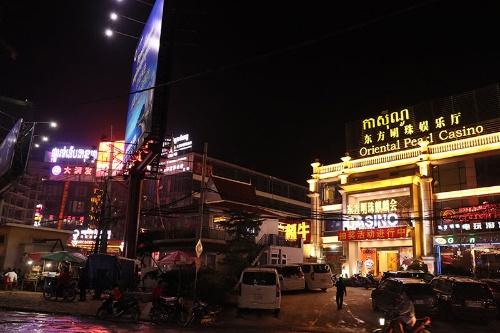 暗闇を照らすシアヌークビルのカジノ。同様のカジノビルやカジノ併設ホテルが町中に乱立している。