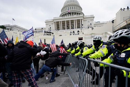 トランプ政権は、支持者による議事堂占拠で幕を下ろすことになりそうだ(写真:AP/アフロ)