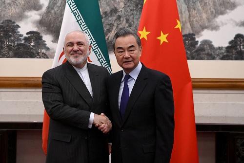 イランのザリフ外相(左)と中国の王毅外相(写真:代表撮影/ロイター/アフロ)