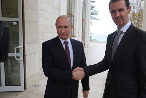 シリアのアサド大統領(右)と同政権を支援するロシアのプーチン大統領(写真:ロイター/アフロ)
