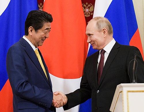 「安倍首相の表情に達成感はみられなかった。首脳2人だけの会談でも進展はなかったのだろう」(袴田氏)(写真:代表撮影/AP/アフロ)