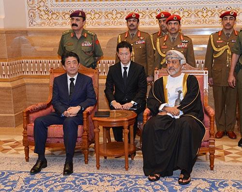 安倍首相(左)が1月にオマーンを訪問。ハイサム国王と会見した(提供:OMANI NEWS AGENCY/AFP/アフロ)