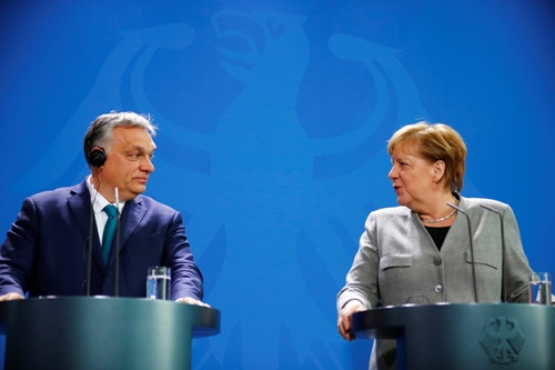 EUきっての親中派であるハンガリーのオルバン首相(左)と、南シナ海へ海軍を派遣することを決めたドイツのメルケル首相(写真:ロイター/アフロ)