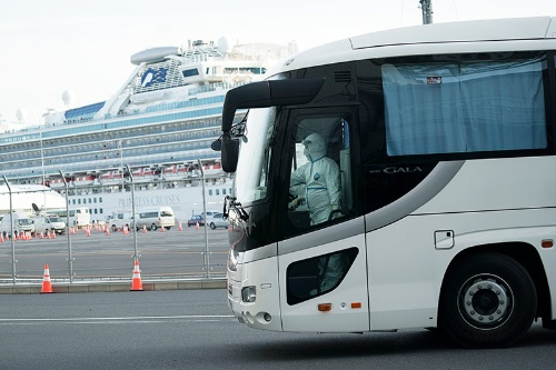 クルーズ船「ダイヤモンド・プリンセス」から、陰性の乗客の下船が進められた(写真:AP/アフロ)