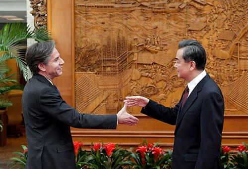 ブリンケン氏(撮影時は米国務副長官)と王毅氏(中国外相)は握手できるか(写真:代表撮影/ロイター/アフロ)