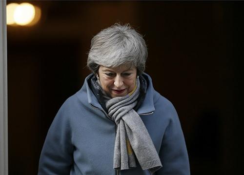 BREXITの延期をめぐる下院採決に向かうメイ英首相(写真:AP/アフロ)