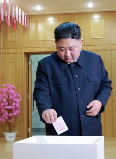 最高人民会議の代議員選挙で投票する金正恩委員長(提供:KNS/KCNA/AFP/アフロ)