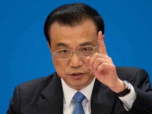 全人代で報告をする李克強総理(写真:AP/アフロ)