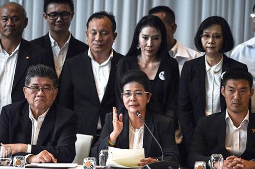 選挙後、記者会見に集まった反軍政勢力。前列中央がタイ貢献党のスダラット党首(写真:AFP/アフロ)