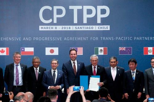 CPTPP署名式で記念撮影にならぶ各国の閣僚。日本からは茂木敏充経済財政・再生相(当時、右から2人目)が出席した(写真:AFP/アフロ)