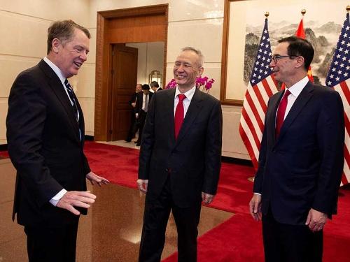 談笑はすれど会議は進まず。左から、ライトハイザーUSTR代表、中国の劉鶴副首相、ムニューシン米財務長官(写真:代表撮影/ロイター/アフロ)