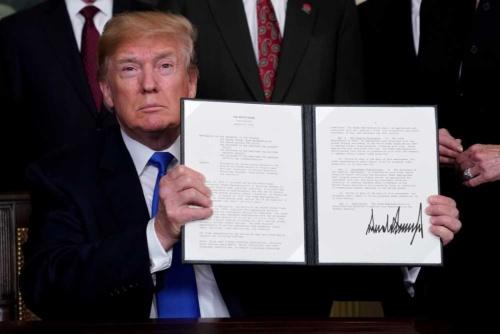 2018年3月、中国に高関税を課すメモランダムに署名したトランプ大統領(写真:ロイター/アフロ)