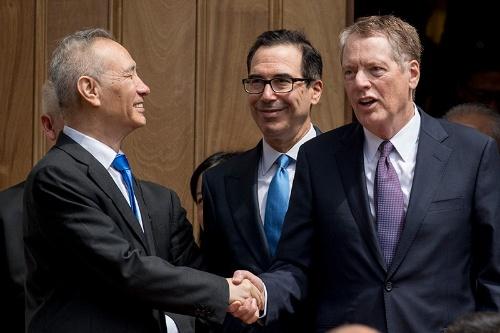 協議に臨む米中の代表。握手はしても合意には達しなかった。左から劉鶴副首相、ムニューシン財務長官、ライトハイザーUSTR代表。(写真:AP/アフロ)
