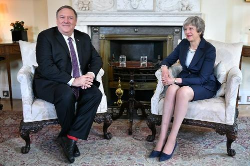 華為技術への対応をめぐって米国からも引導を渡されたメイ首相(右)。左はポンペオ米国務長官(写真:代表撮影/ロイター/アフロ)