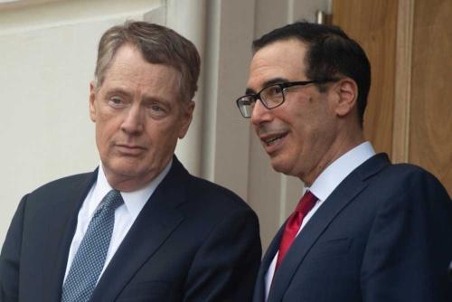 対中貿易交渉を仕切るライトハイザーUSTR代表(左)とムニューシン財務長官(写真:AFP/アフロ)