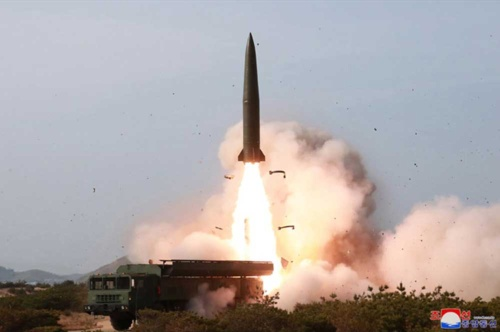 北朝鮮が5月5日、金正恩立ち会いの下で発射したロケット(写真:KCNA/UPI/アフロ)