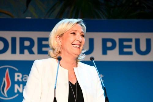 マクロン大統領率いる「共和国前進」を抑えてフランスで首位に立った「国民連合(RN)」のマリーヌ・ルペン党首(写真:AFP/アフロ)