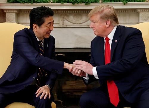 安倍首相が並び立つことでトランプ大統領の信頼性が増した、と藤崎氏は見る(写真:ロイター/アフロ)