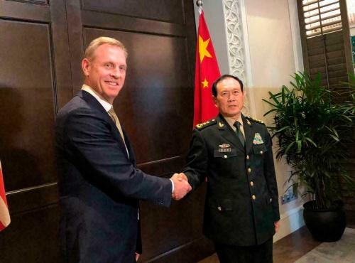 ぎこちない握手を交わす米国のシャナハン国防長官代行と中国の魏鳳和国防相(写真:AP/アフロ)