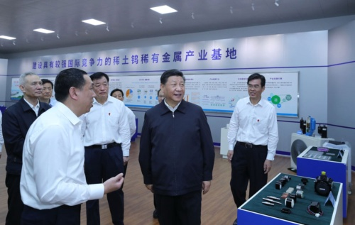 レアアースの関連施設を視察する習近平国家主席。後ろの壁に「稀有金属産業基地」の文字がみえる(写真:新華社/アフロ)