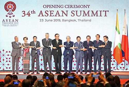 ASEANに加盟する10カ国の首脳が一堂に会した(写真:ロイター/アフロ)