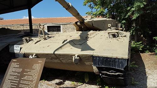 IT起業家ベネット氏を政治の道へ進ませたきっかけは、2006年のレバノン侵攻作戦だった。写真はイスラエル国産のメルカバ戦車。同型の戦車はレバノン侵攻作戦にも投入された(筆者撮影)