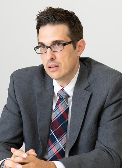 "<span class=""fontBold"">ジェフリー・ホーナン氏</span><br />ランド研究所、笹川平和財団日米グループVisiting Fellow (2019年7月)<br> 米ランド研究所で日本の防衛政策・態勢、外交関係や、日米同盟の課題などを研究。米マーケット大学を最優等で卒業(国際関係専攻)。米ジョンズ・ホプキンス大学高等国際問題研究大学院で国際関係の修士(日本研究専門)、米ジョージ・ワシントン大学で政治学の博士号を取得。博士課程在籍時に、フルブライト奨学生として東京大学の客員研究員を務めた。その後、オハイオ州立大学東アジア研究センターや米ホノルルのダニエル・K・イノウエ・アジア太平洋安全保障研究センターで教職を歴任(撮影:菊池くらげ、以下同)"