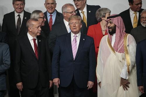 G20首脳会議。トランプ米大統領をはさんで並ぶトルコのエルドアン大統領(左)とサウジのムハンマド皇太子(右)(写真:Abaca/アフロ)