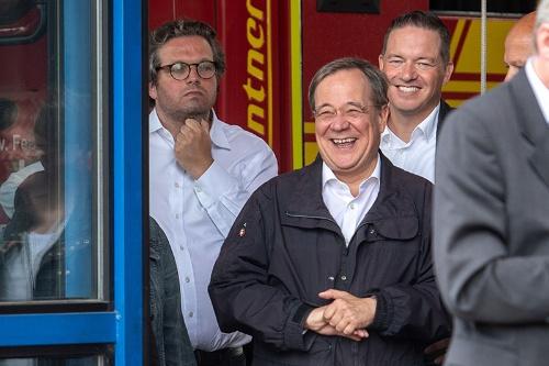 被災地を訪れた独大統領がスピーチをする間、次期首相候補のラシェット氏は側近と談笑していた(写真:代表撮影/ロイター/アフロ)