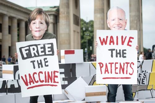 WTOのオコンジョ新事務局長は、新型コロナワクチンの製造・供給拡大を喫緊の課題に据えた(写真:AFP/アフロ)