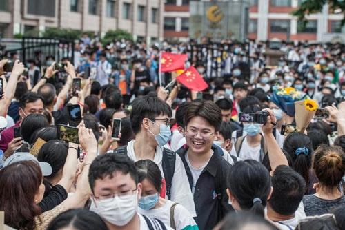 中国の統一大学入試「高考」の様子。受験生にとっても、その親にとっても一大イベントだ(写真:AFP/アフロ)