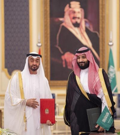 アブダビのムハンマド・ビン・ザイド皇太子(左)とサウジアラビアのムハンマド・ビン・サルマン皇太子。2人の関係は蜜月といわれていた(提供:Bandar Algaloud/Saudi Kingdom Council/Abaca/アフロ)