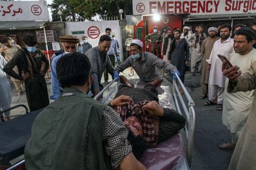 アフガン首都空港付近で自爆テロ。ISが犯行声明(写真:The New York Times/Redux/アフロ)