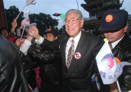 1996年の台湾総統選を戦う李登輝(写真:AP/アフロ)