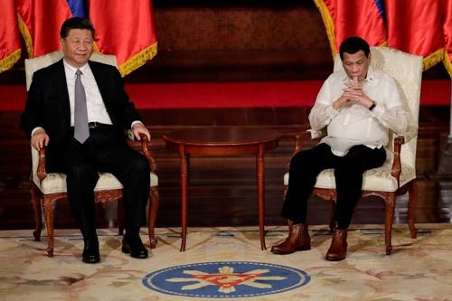 フィリピンのドゥテルテ大統領が5度目の訪中をし、習近平(シー・ジンピン)国家主席と会談をした(写真:代表撮影/ロイター/アフロ)