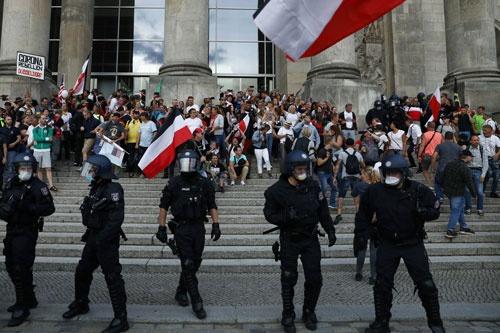 8月29日の議事堂前。入り口前の階段に、群衆が黒・白・赤の旗を掲げてたむろし続けた(写真:ロイター/アフロ)