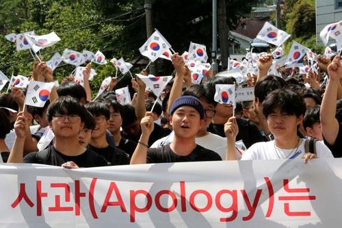韓国に対するホワイト国指定を日本が解除したことに抗議するデモ。中学生が参加している(写真:AP/アフロ)