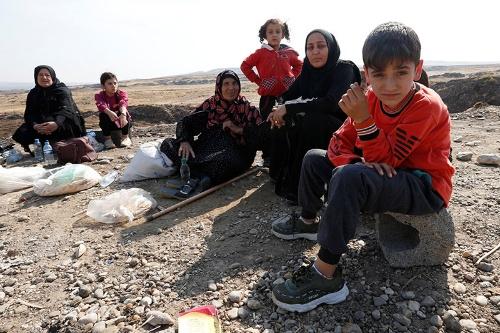 トルコから攻撃を受け、行き場を失ったクルド人(写真:ロイター/アフロ)