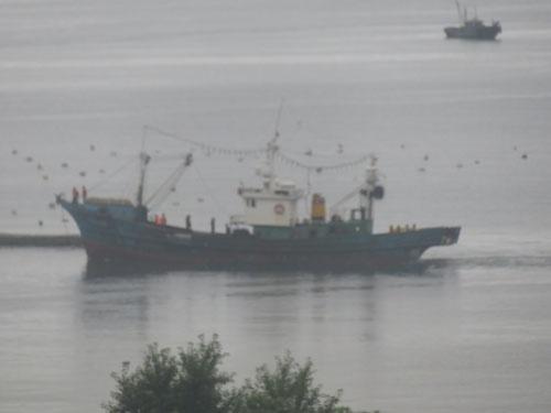 北朝鮮北東部の要衝・羅津港(羅先特別市)に入港する北朝鮮の漁船(写真:2019年8月13日、筆者撮影)