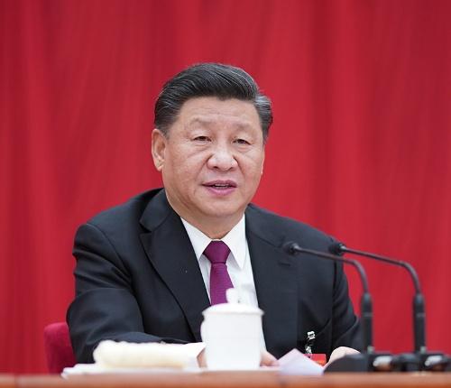 四中全会の場で話をする習近平国家主(写真:新華社/アフロ)