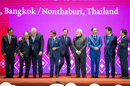 東アジアサミット。壇上に並ぶ各国首脳。トランプ大統領が欠席し「アジア軽視」との見方が浮上した(写真:新華社/アフロ)